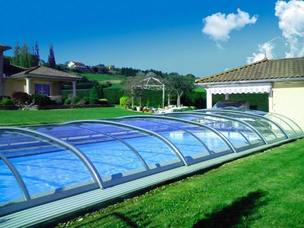 Abri de piscine BALEARES THERMO installé à St Just Chaleyssin (38) avec guide au sol, entièrement transparent.