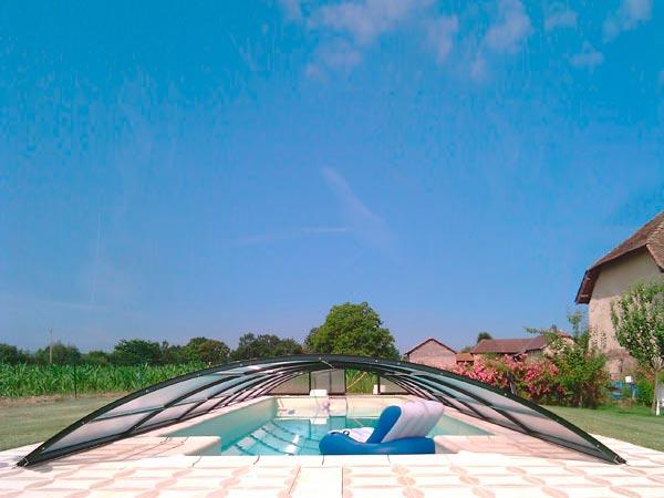 Abri de piscine  modèle Lanzarotte installé à la Tour du Pin, semi-télescopique et démontable.
