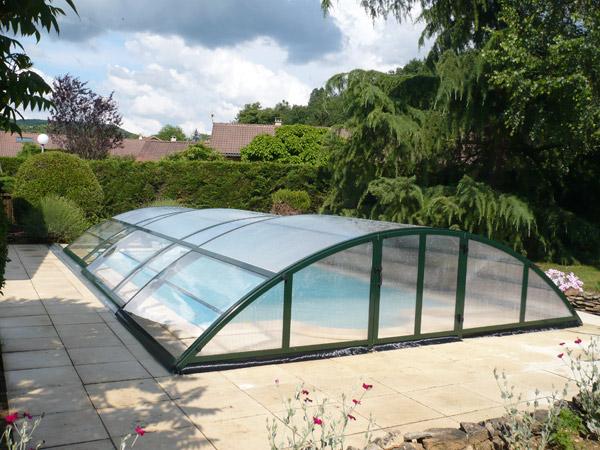 Abri de piscine MADEIRA installé à Crémieu (38) avec guide au sol sur 1 coté, entièrement transparent.