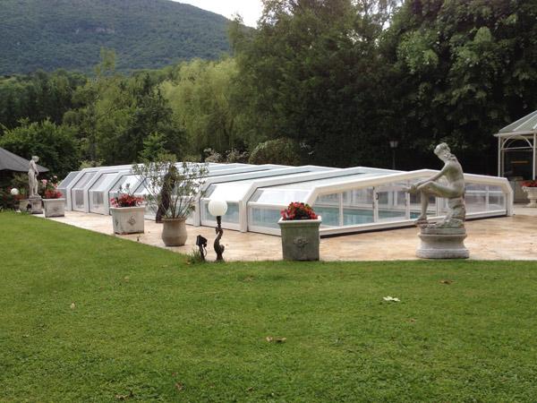 Abri de piscine modèle PALMA, installé à Virieux-le-Grand, près de Belley (01), avec motorisation.